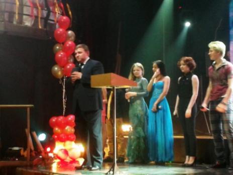 медалистов поздравляет губернатор Кировской области Н.Ю. Белых
